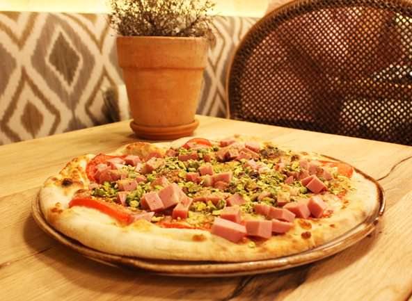 Pizza con mortadel e pesto di pistacchio