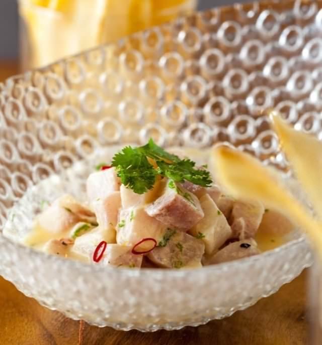 Ceviche de corvina con aliño de coco y maracuyá
