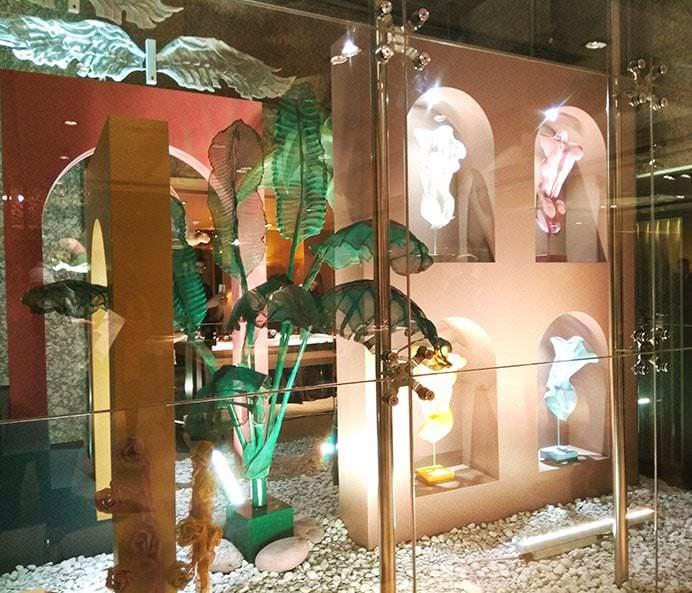Galería acristalada con las esculturas de Elisabeth Maillo y Marta Zarzalejos