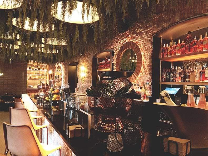 Uno de los ambientes de Raimunda es la barra para tomarte unos cocktails con los amigos
