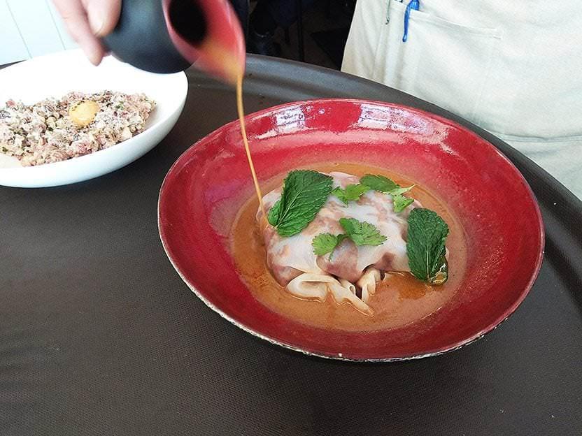 Falsa Lasaña con marisco y bacalao cremoso y salsa de curry rojo con 50 especias