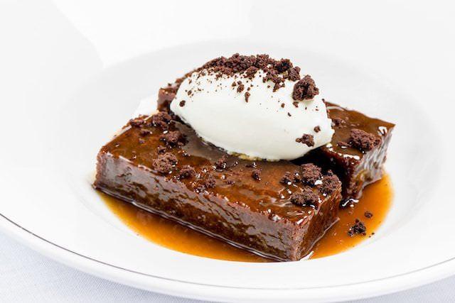 Tarta de chocolate, con helado.