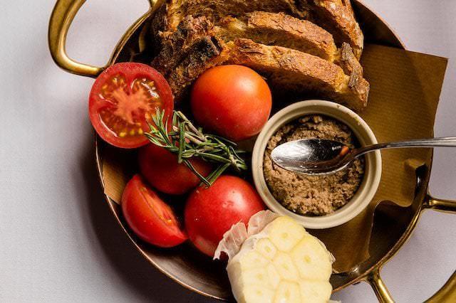 Entrante de TATEL. Pan con tomate, ajo y aceite.