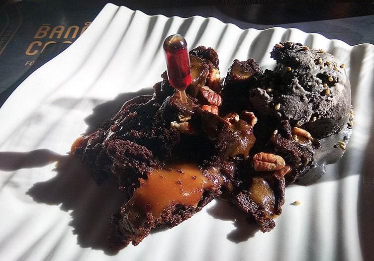 Brownie de chocolate con caramelo inyectado y helado de sésamo negro