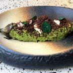 Berenjena asada con pesto de alcaparras, queso y albahaca