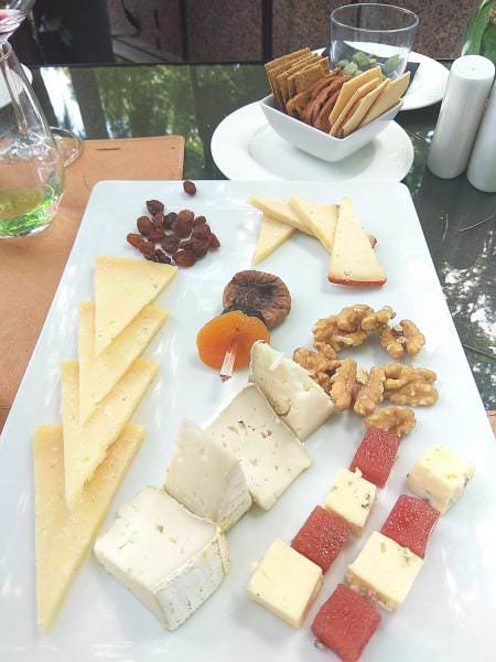 Tabla de queso con frutos secos y crackers