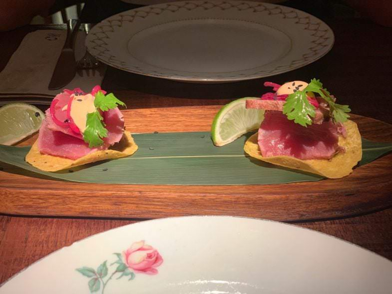 Tortitas de maíz tataki de atún y mahonesa de chipotle