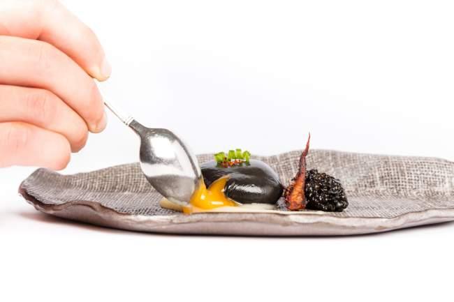 El huevo negro, caviar de sepia y cebolla blanca
