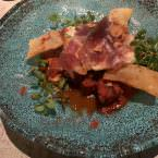 Mormo de atún con tomate, huevo frito, patata soufflé y lascas de jamón en Krápula