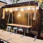 Detalle terraza interior de Grama Bar