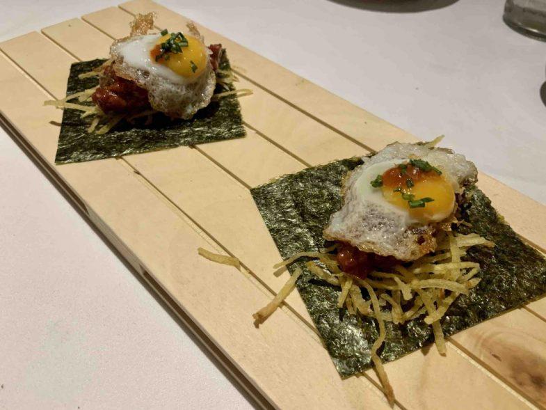Rollo oriental con steak tartar, huevo, patatas paja y alga nori