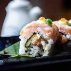 Uramaki roll de salmón braseado
