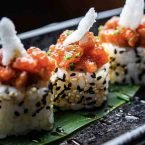 Uramaki roll spicy tartar con atún rojo bluefin y salsa kabayaki.