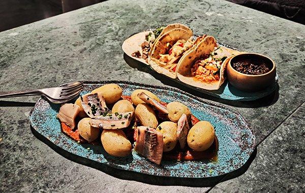 Patatas mojo con arenques y tacos