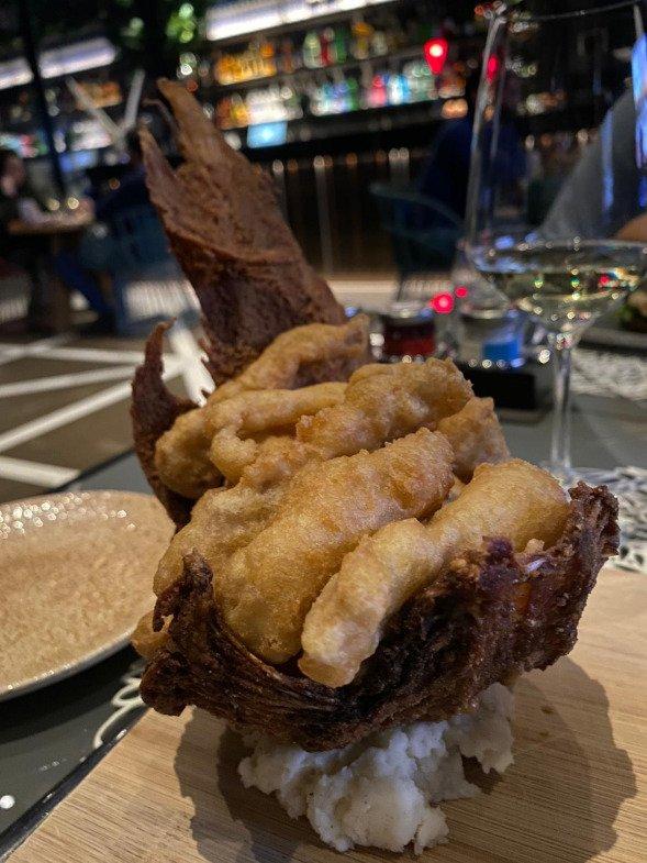 lenguado en tempura con emulsión de albahaca tailandesa y lima