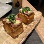 Brioche relleno de costillas de vaca madurada con cebolla encurtida y shiso verde con mayonesa de soja