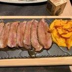 Presa Joselito marinada cocinada al carbón con puré y chips de boniato