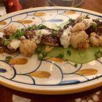 Brocheta de pulpo del mar mediterraneo, con crema de guisantes, tsatsiki y coliflor blanco y morado