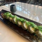 California roll en tempura con salmón, queso crema, aguacate y algas wakame