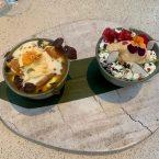 Cheesecake Cremoso con gel de maracuyá, crumbell y crema de yusu, y 3 Leches, coco caramelizado, crema chantilli, lima y helado de dulce de leche