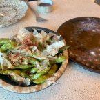Edamames glaseados en salsa sakura, cilantro y katsuobushi