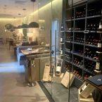 Interior del restaurante Pante y vista de la cava de vinos