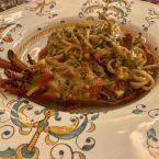 Spaghetti con bogavante junto a su bisque y tomatitos frescos