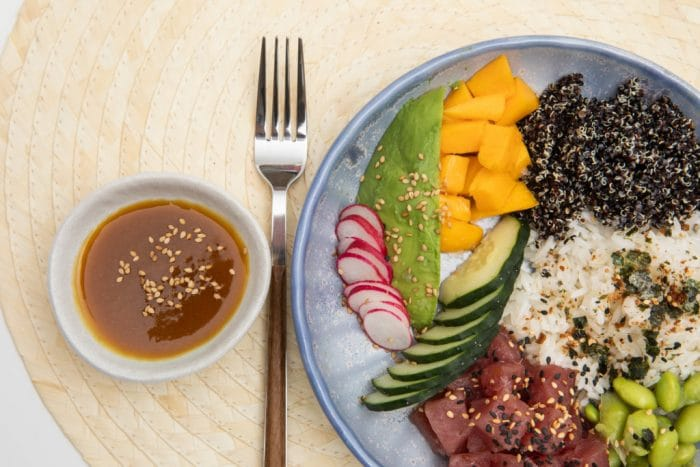 poke con atún, quinoa, arroz y pepino