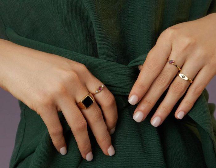Detalle de manos con manicura y anillos de ALEYOLÉ